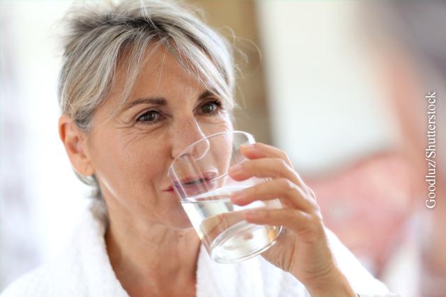 Trinken schwemmt die Bakterien aus der Blase aus.