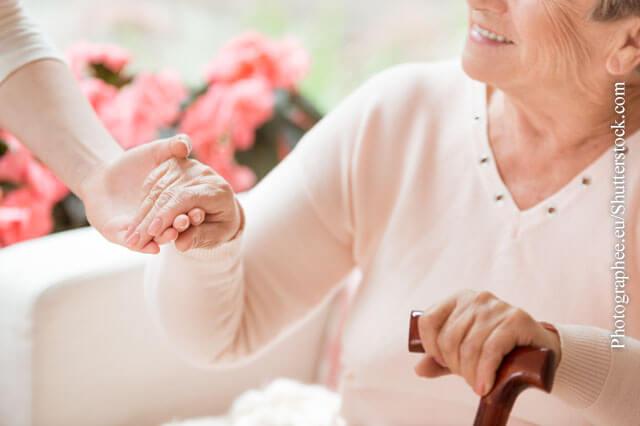Die Zufriedenheit älterer Menschen hängt von ihrer Gesundheit und ihrem persönlichen Umfeld ab.