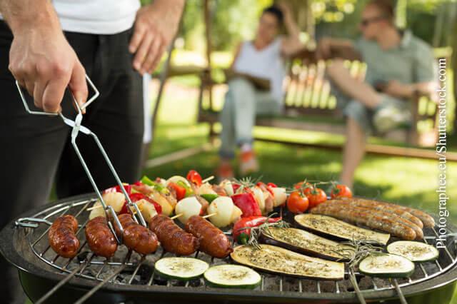 Grillen ist im Sommer besonders mit Freunden sehr beliebt.