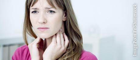 Vor allem Anfang von Erkältungen ist Husten oft mit Schmerzen verbunden.