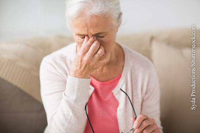 Fehlende oder nicht mehr passende Sehhilfen können zu Kopfschmerzen führen. Dann kann ein Augenarzt die Sehhilfe neu anpassen.