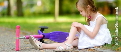 Komplexhomöopathika können die Schmerzen von Kindern bei kleineren Verletzungen lindern.