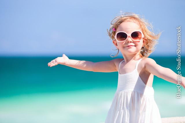 Unbekleidete Hautstellen sollten mit einer speziellen Sonnencreme für Kinder geschützt werden.