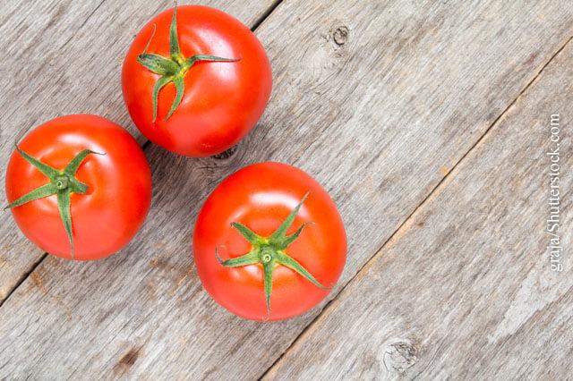 Allergiker reagieren auf Inhaltsstoffe von Tomaten mit Hautausschlägen, Schleimhautreizungen und Magen-Darm-Beschwerden.