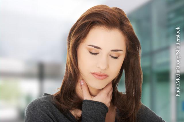 Antibiotika helfen nur selten gegen Halsschmerzen. Wirksamer sind schmerzstillende Mittel wie Paracetamol.