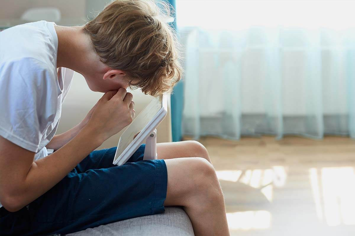Ausdrücken verboten: Um Narben zu vermeiden, übernimmt das Entfernen von Mitessern besser eine Kosmetiker*in.