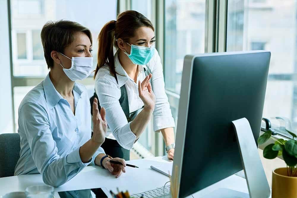 Auch bei Einhalten der Vorsichtsmaßnahmen kann Covid-19 übertragen werden - beispielsweise im Büro.