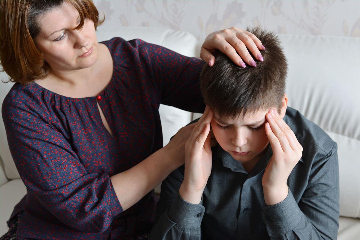 Kopfschmerzen nach einem Schlag oder Stoß sind ein typisches Anzeichen für eine Gehirnerschütterung.
