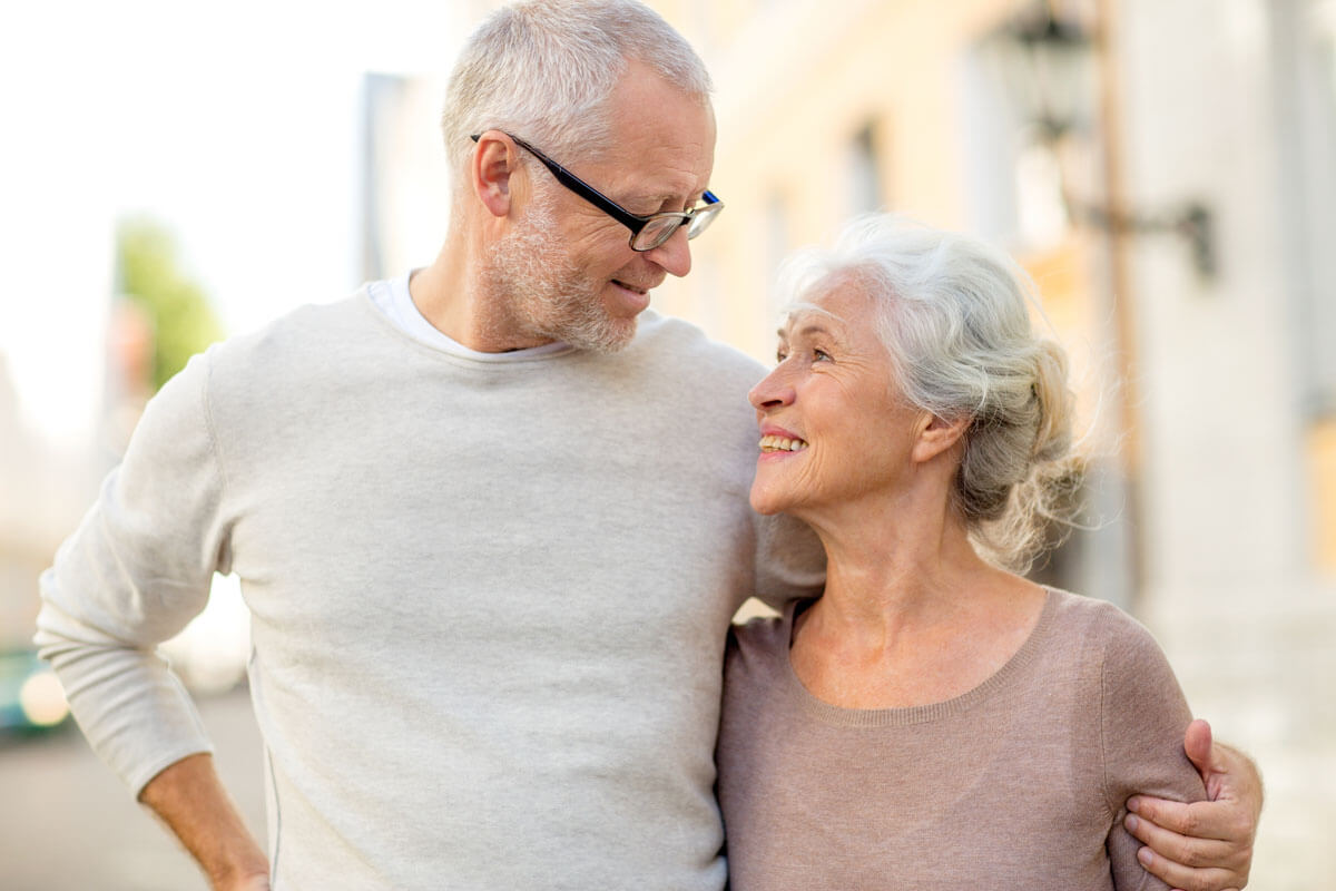 Gemeinsam lachen macht glücklich, © Syda Productions/Shutterstock.com