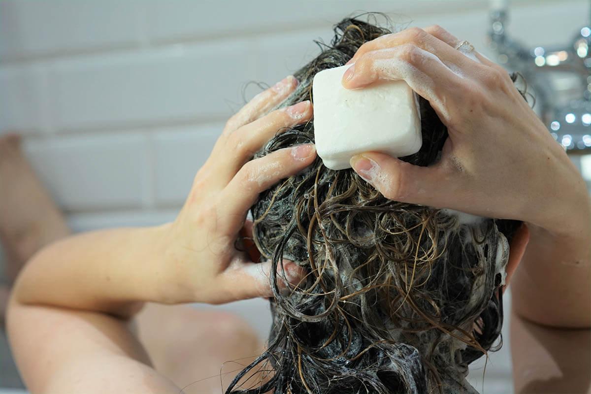 Haarseife & Co: Eine echte Alternative?, © Anna Rogalska/Shutterstock.com