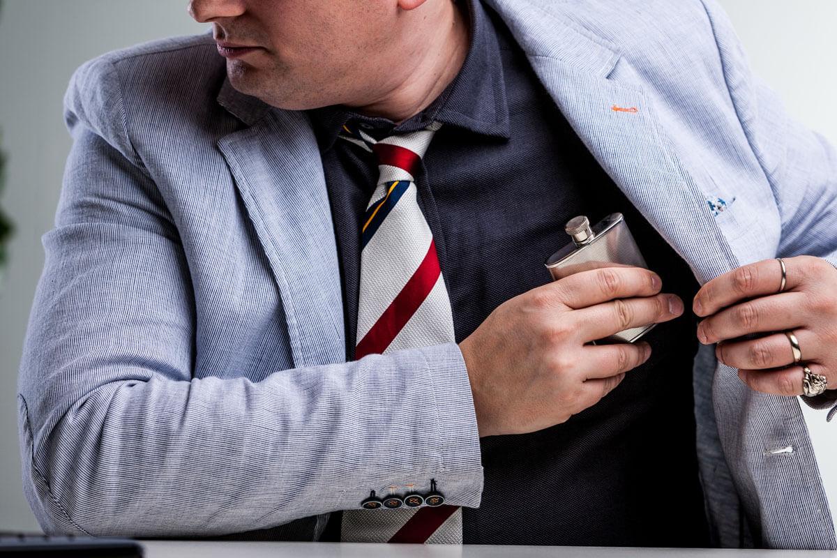 Hat der Kollege ein Alkoholproblem?, © Giulio_Fornasar/Shutterstock.com
