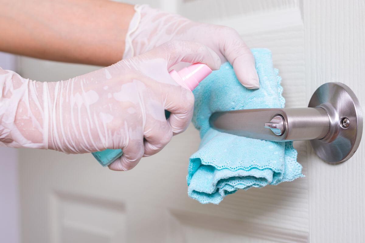 Heim-Hygiene für Covid-Patienten, © Lion Day/Shutterstock.com