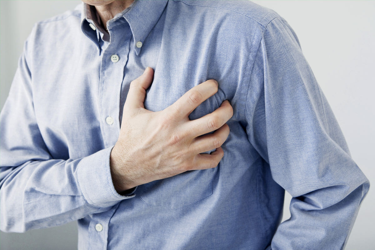Bei plötzlich auftretenden, starken Schmerzen in der Brust sollten Sie nicht zögern, die 112 zu wählen.