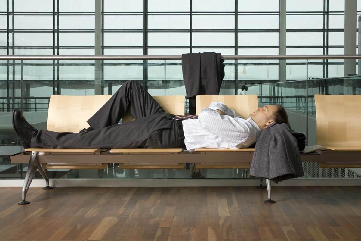 Müdigkeit und Abgeschlagenheit sind klassische Symptome eines Jetlags.