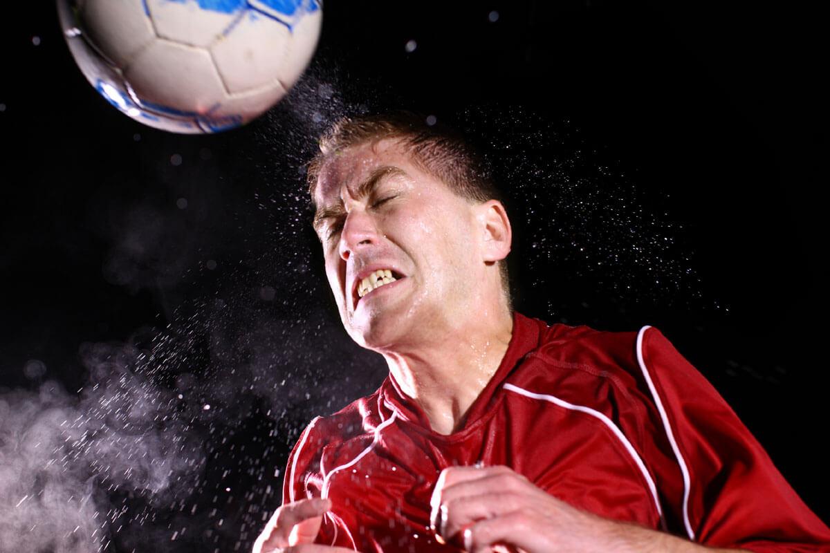 Kopfbälle schaden auch den Augen, © Hurst Photo/Shutterstock.com