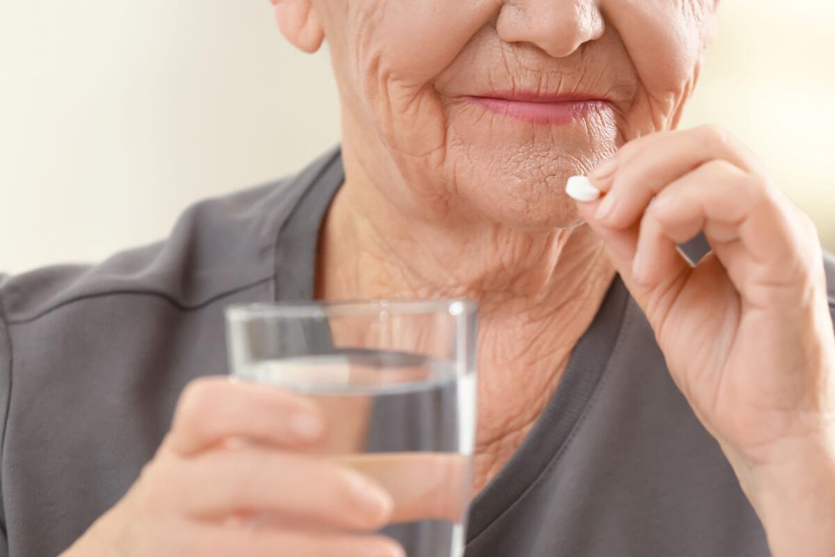 Medikamente sicher geben, © Africa Studio/Shutterstock.com