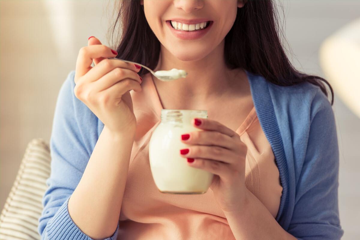 Mit Joghurt gegen Reizdarm, © GeorgeRudy/Shutterstock.com