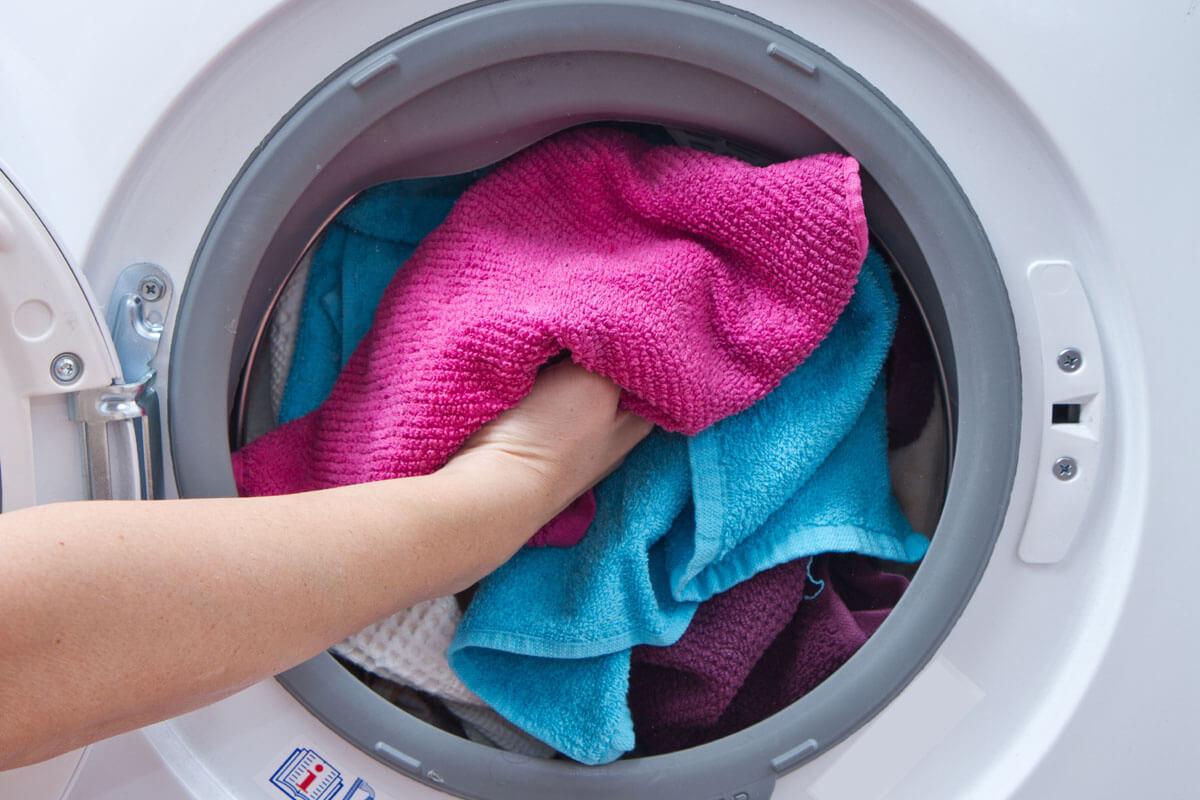 Muffige Wäsche wegen Keimen, © Luca Santilli/Shutterstock.com