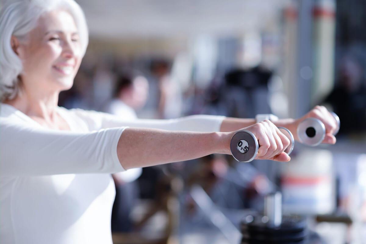 Der Muskelabbau im Alter (Sarkopenie) lässt sich durch Krafttraining und eine proteinreiche Ernährung verlangsamen.