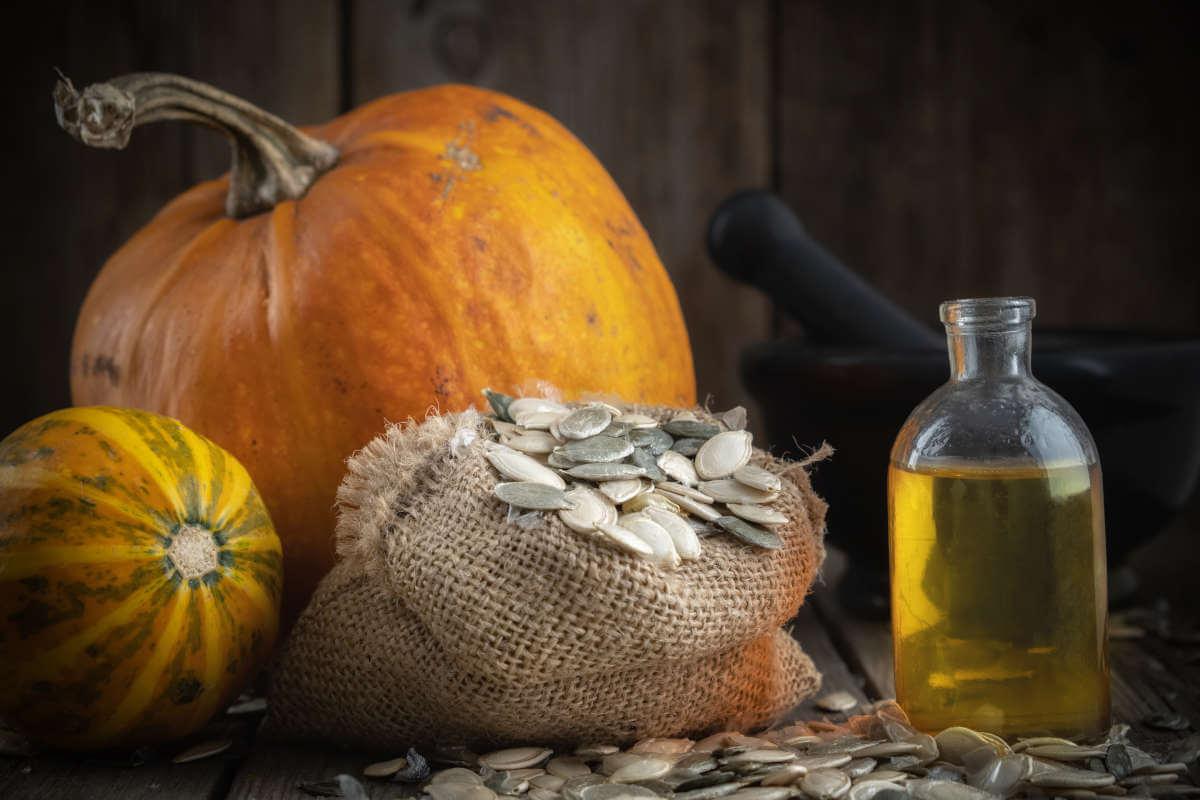 Nahrungsergänzung im Blick: Kürbiskern-Produkte, © Chamille White/Shutterstock.com
