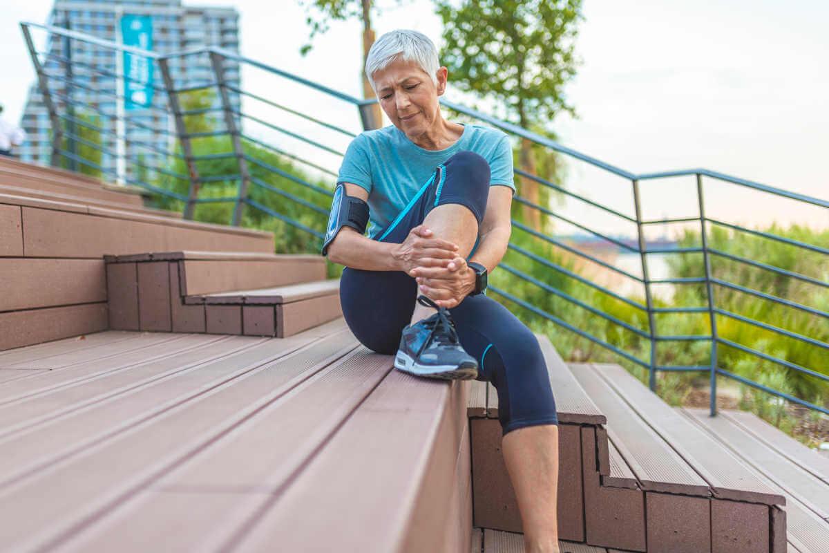 Anfangs bessern sich die Schmerzen in den Beinen noch durch Pausen, später treten die Symptome jedoch auch in Ruhe auf.
