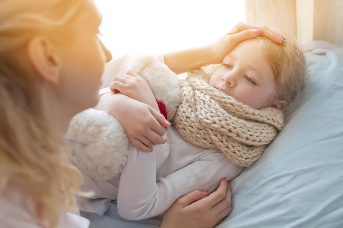 Dem Pseudokrupp geht in den meisten Fälle eine Virusinfektion voraus, etwa eine Erkältung oder eine Grippe.