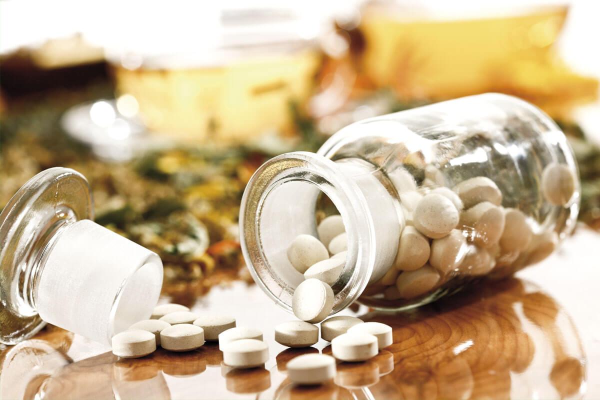 Viele Arzneimittel aus der Schulmedizin stammen urprünglich von Pflanzenwirkstoffen ab.