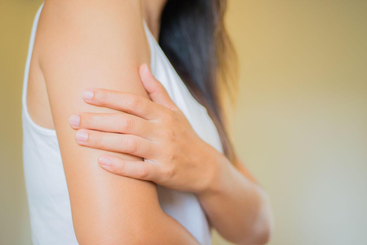 Raue Haut an Oberarm und Oberschenkel, © siam.pukkato/Shutterstock.com