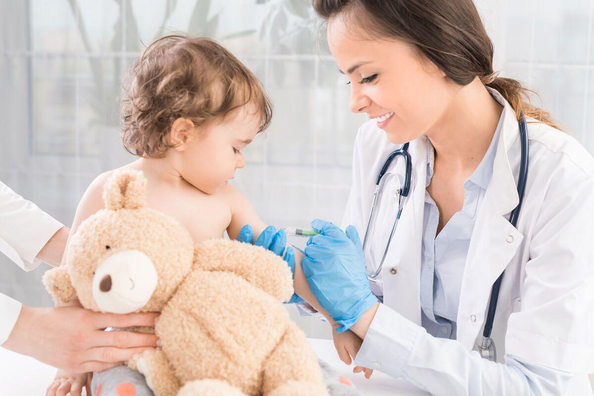 Eine zweimalige Schutzimpfung beugt Röteln effektiv vor.