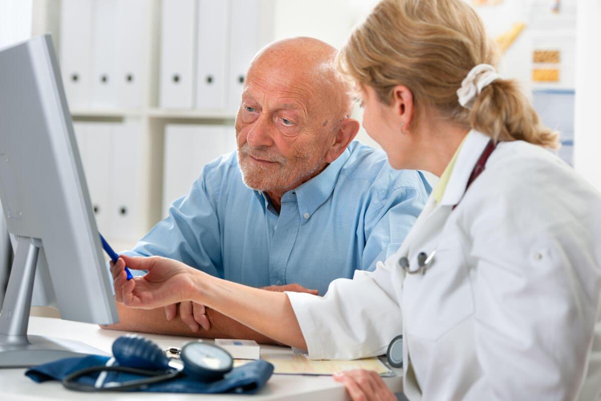 Senioren am Steuer, © Alexander Raths/Shutterstock.com