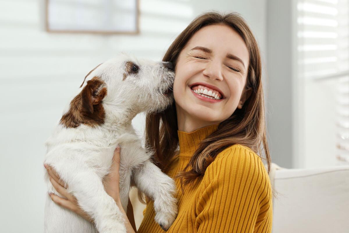 Wer so mit seinem Hund knuddelt, sollte sich danach gründlich waschen –
