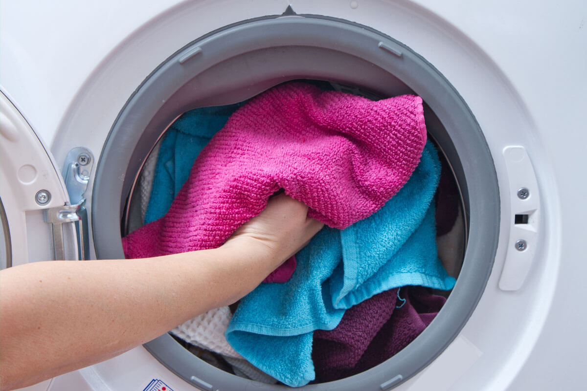 Bei niedrigen Waschtemperaturen überstehen Bakterien den Waschgang gut.
