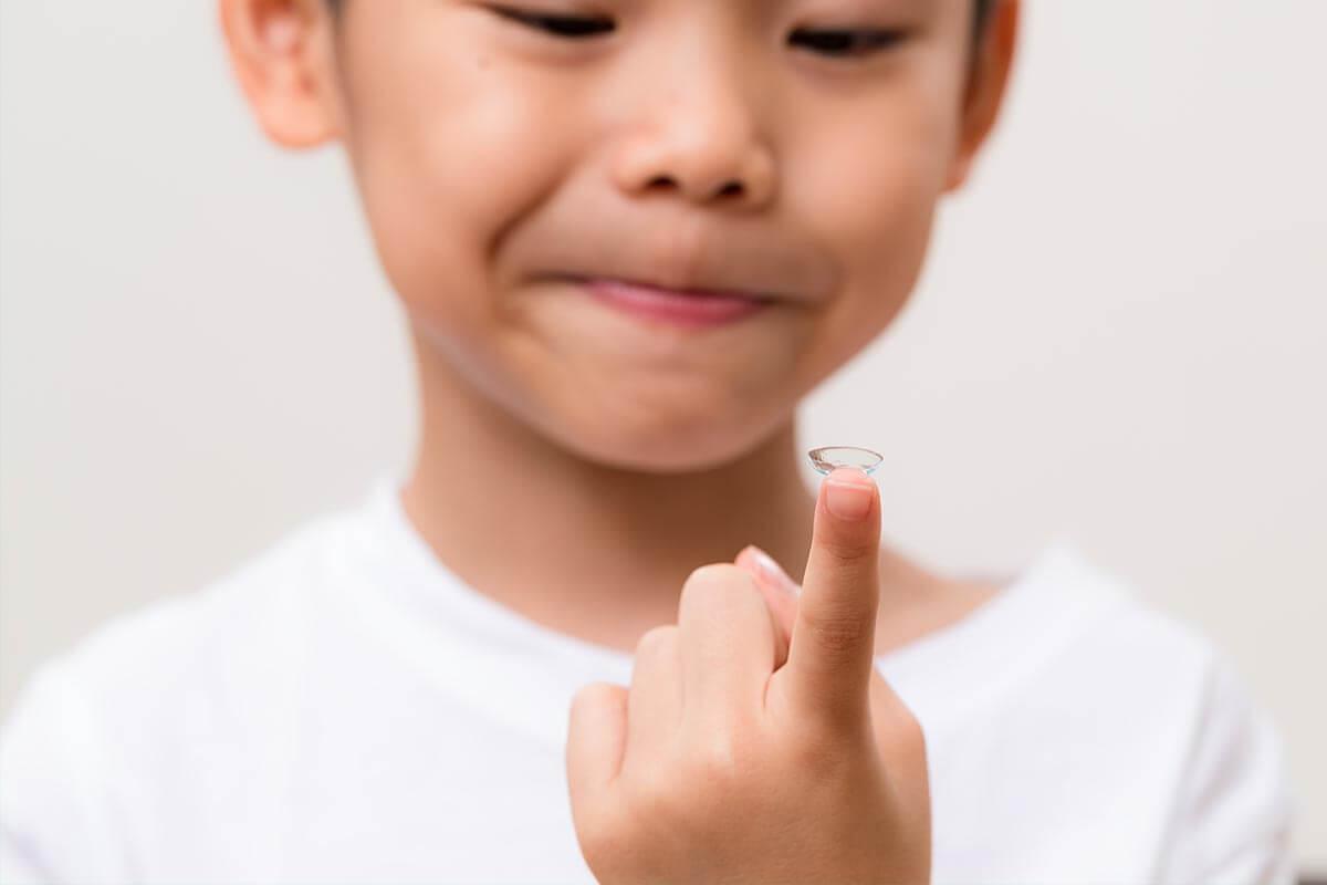 Weniger kurzsichtig dank Kontaktlinsen, © leungchopan/Shutterstock.com