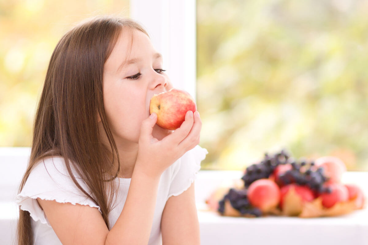 Frische Lebensmittel, die gut gekaut werden müssen, regen den Speichelfluss an. Das fördert die Gesundheit der Zähne.
