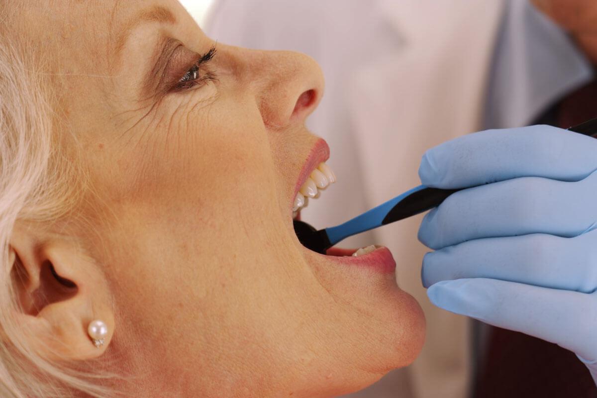 Schöne Zähne im Alter, © Rocketclips, Inc./Shutterstock