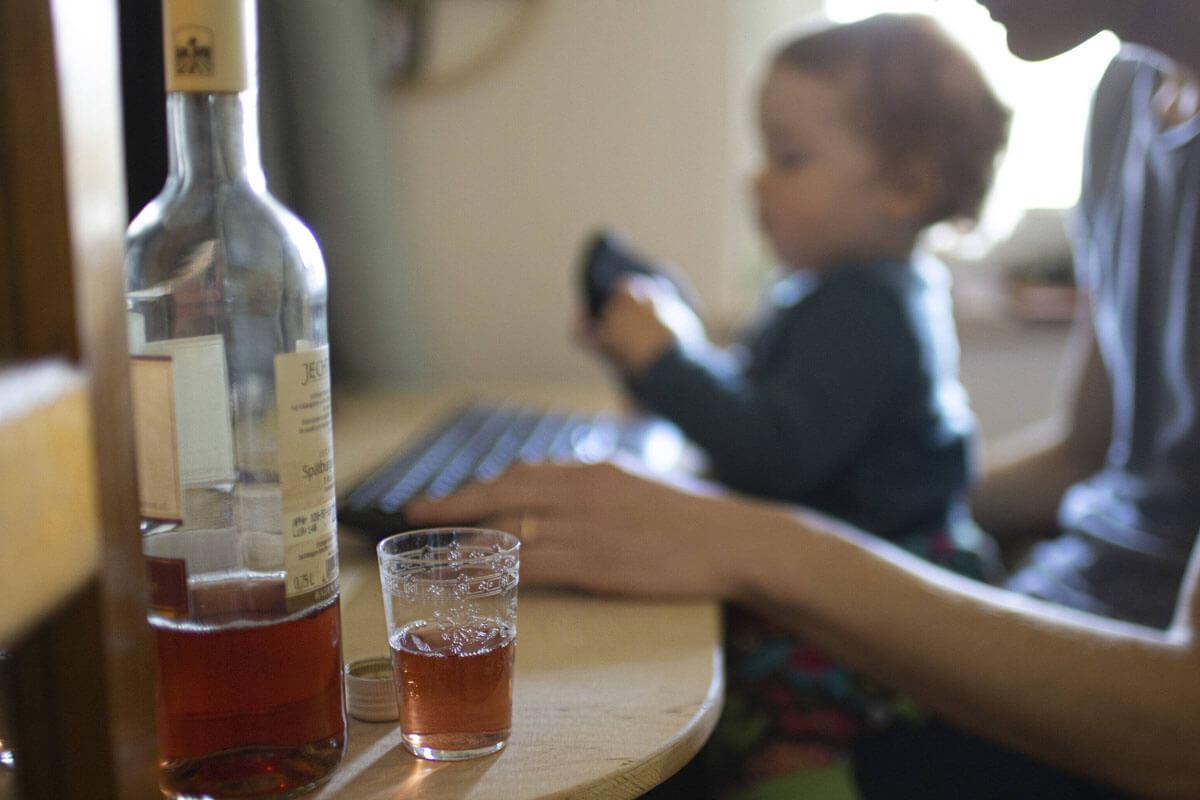 Achtung, Alkohol-Falle, © photothek/imago-images.de