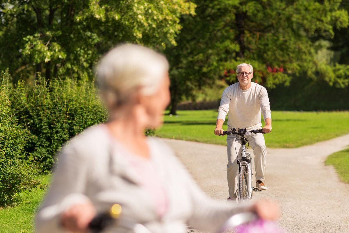 Was darf man mit einer Knieprothese?, © agefotostock/imago-images.de
